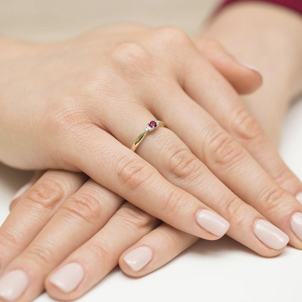 Pierścionek zaręczynowy z rubinem 0,15ct i brylantami pr.585